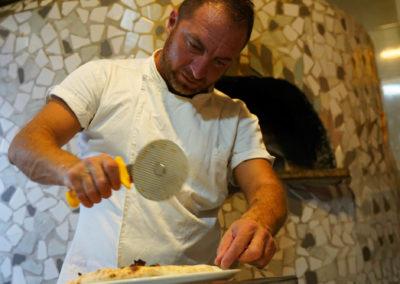 preparando-pizza-cacio-e-pepe-13