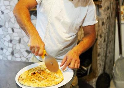 preparando-pizza-cacio-e-pepe-5